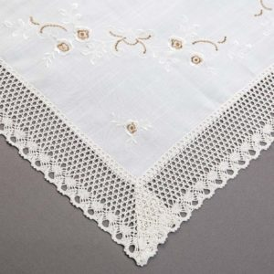 OBRUS CXY 13663 /half-bleache (kremowy podkład z brązowo-kremowym haftem)